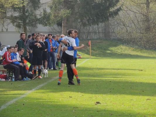 Alexander Bernhart und Trainer Andreas Müller feiern den Treffer zum 2:0